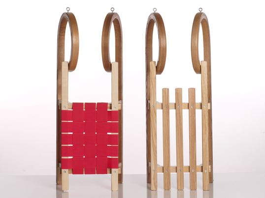Der Mini Rodel von Sirch aus dampfgebogenem Eschenholz verfügt über eine auffällige Optik: Hörnerrodel haben weit gebogene Kufen, an dem Kinder sich gut festhalten können.