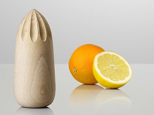 Die Turn Around Saftpresse von Muuto eignet sich perfekt um Zitrusfrüchte auszupressen. Das Designteam KiBiSi designt die Presse aus Natur Buchenholz.