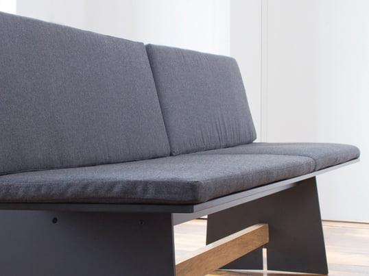 Das passende Sitzkissen für die Tension-Bank von Conmoto ist ohne und mit Rückenlehne erhältlich. Für eine Bank benötigen Sie zwei der Conmoto Kissen.