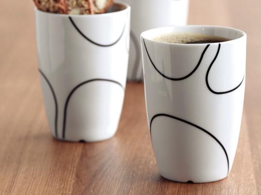 Die Porzellantassen von Menu haben ein handgezeichnetes Muster, das die Formsymbiose zwischen japanischem Minimalismus und kühler skandinavischer Ruhe unterstreicht und sind in drei Grössen erhältlich.