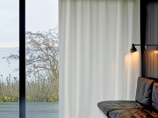 Der rote Vorhang Ready Made Curtain von Kvadrat ist auch in den Farben blau, weiss, beige und türkis erhältlich. Sowie in zwei verschiedenen Stoffen: Warme, gemütliche Wolle oder der High-Tech-Stoff Trevira CS.