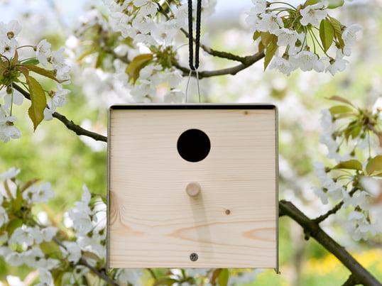 Der twitter.nature Nistkasten von Keilbach Design macht aus jedem Baum ein Designhotel für Vögel. Er besticht durch elegante Naturtöne und verschöndert jeden Garten.