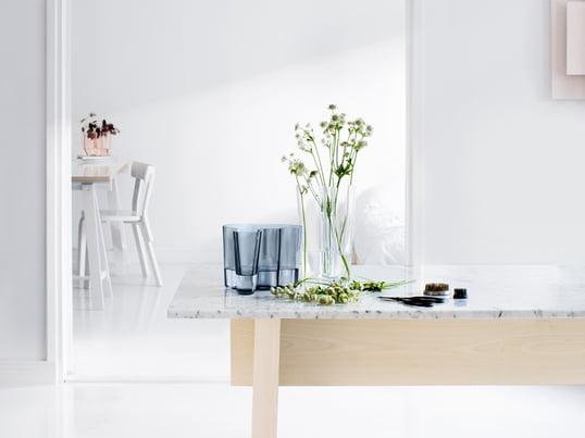 Die Savoy-Vase bildet mit ihren charakteristischen Formen den Grundpfeiler der Alvar Aalto Kollektion von Iittala. Noch heute bringt das finnische Unternehmen regelmässig neue Farbenvarianten der Vase auf den Markt.