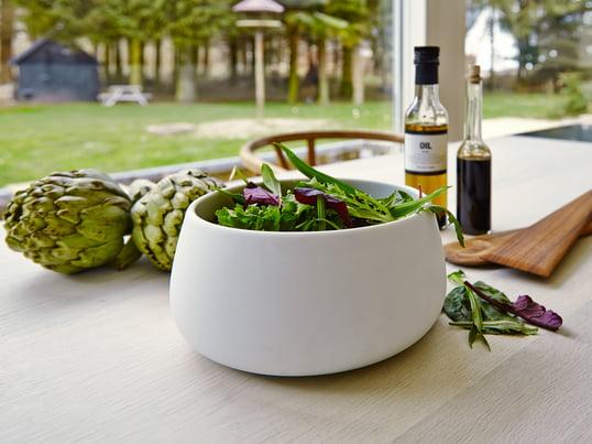 Multifunktionelle Schale zum Aufbewahren und Servieren von Salaten, Obst oder Gemüse. Auf dem Esstisch wird die Schale zur eleganten Salatschale, in der Speisen nicht nur serviert, sondern auch angerichtet werden können.