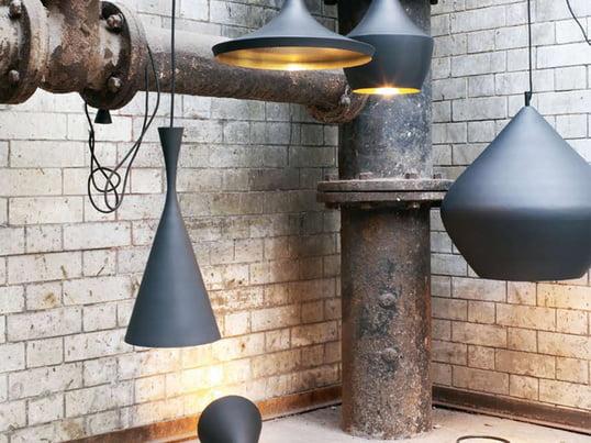 Die Beat Light Pendelleuchten von Tom Dixon präsentieren edles Design aus London. Der Schirm ist schwarz lackiert und das innere messingfarben. Es gibt sie in drei verschiedenen Formen.