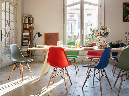 Der Eames Plastic Side Chair von Vitra, der von Charles und Ray Eames 1950 gestaltet wurde, ist die zeitgemässe Produktion des legendären Fiberglass Chair.