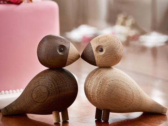 Die Unzertrennlichen von Kay Bojesen sind eine Hommage an die kleinen afrikanischen Papageien, deren wesentliches Merkmal ihre starke Paarbindung ist. Sie werden aus hochwertiger Natur- und Räuchereiche gefertigt.