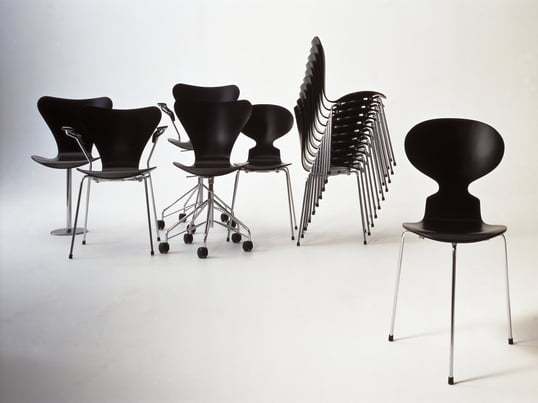 Im Jahr 1952 erschien der Stuhl die Ameise von Arne Jacobsen bei Fritz Hansen, der trotz seiner minimalistischen Form und grazilen gestalt ein aussergewöhnlich bequemer Stuhl ist.