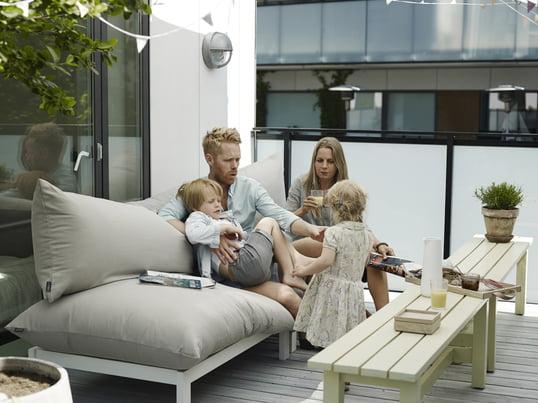 Das Outdoorf Sofa Float Loung vom dänischen Möbelunternehmen Skagerak wurde von Mette Skjærbæk designt, die Ihre Vorliebe für grossen Komfort bei diesem Möbelstück mit einfliessen lassen hat.