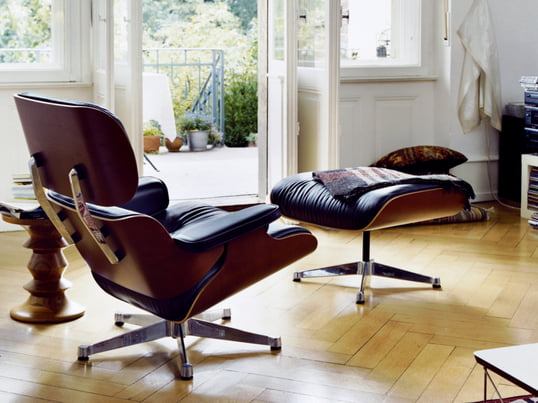 Der Vitra Lounge Chair bringt mit seinem klassischen Design stilvolle Gemütlichkeit in Ihr Wohnzimmer. Der Lounge Chair und der Ottoman sind auch einzeln erhältlich sowie in weiteren Farben und Varianten.