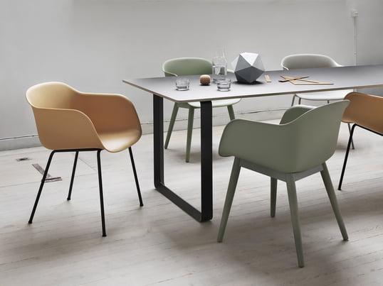 Der Design-Stuhl aus Polypropylen und einem Holz- oder Alluminiumgestell überzeugt mit vertrauter Gestalt und neuem Material. Für Esszimmer, Büros oder Konferenzräume ist der Fiber Chair optimal geeignet.