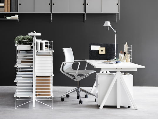 Die String Works Kollektion des skandinavische Hersteller umfasst eine Auswahl flexibler Büromöbel. Vom Schreibtisch bis zum freistehenden Regal sind alle notwenigen Büromöbel in der Serie vertreten