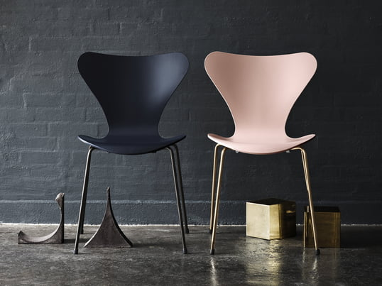 Die Jubiläumedition des Serie 7 Stuhls von Arne Jacobsen: rosa Sitzschale und vergoldete Beine, dunkelblaue Sitzschale und pulverbeschichtete Beine (Frontalansicht)