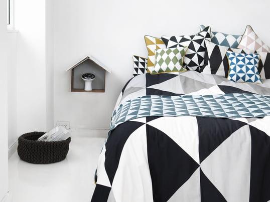 Die schwarz-weisse Tagesdecke von Ferm Living verwandelt das Bett zu einem modernen und stilvollen Objekt in Ihrem Schlafzimmer. Zusätzlich zur Decke produziert Ferm Living passende Kissen mit grafischem Muster.