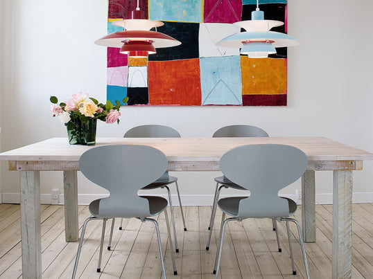Der Stuhl Ameise von Fritz Hansen wurde von Arne Jacobsen designt. Trotz seiner minimalistischen Form ist die Ameise ein ausserordentlich bequemer Stuhl.