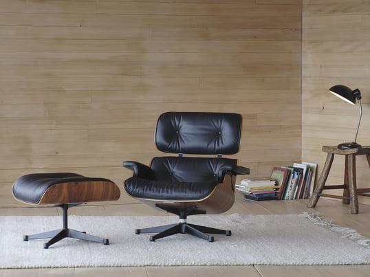 Das Design von Charles und Ray Eames orientiert sich an den Werten Gemütlichkeit und qualitativ hochwertige Verarbeitung. Mit verschiedenen Varianten aus Kirschbaum Palisander und vielen mehr passt der Lounge Chair in jede Einrichtung.