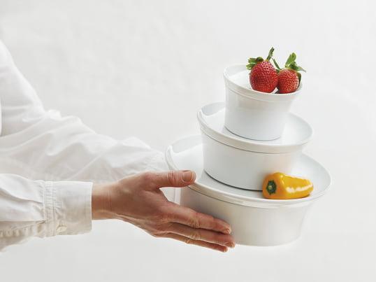 Die Auflaufform mit Deckel bietet durch die Silikonbeschichtung an der Unterseite ein rutschfreies Servieren und sorgt ausserdem dafür, dass das Porzellan beim Abräumen nicht klappert.