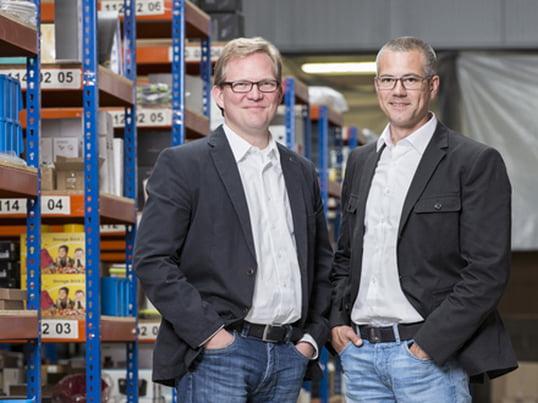 Thilo Haas und Kristian Lenz launchten am 1. August 2015 den Wohndesign-Shop connox.de. Gestartet in einer alten Postfiliale, füllen die mehr als 12.000 Produkte des Shops heute ein 2.400 qm grosses Lager.