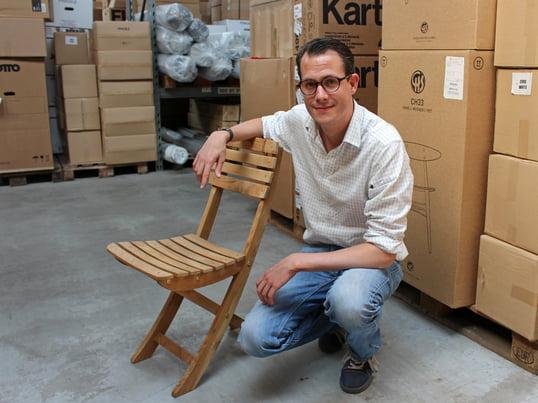 Holzingenieur gibt in den Hallen von Connox Pflege-Tipps zum Thema Teakholz. Das witterungsbeständige Tropenholz ist besonders für Gartenmöbel beliebt. Der Hersteller Skagerak fertigte den Vendia Stuhl aus Teakholz.
