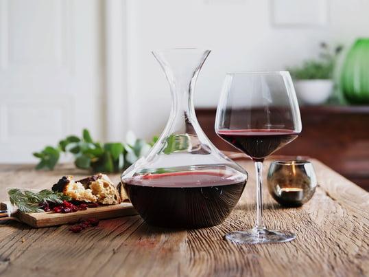 Perfekter Weingenuss mit der Perfection-Kollektion von Holmegaard: Geniessen Sie einen vollmundigen Rotwein - dekantiert in der Weinkaraffe und serviert im bauchigen Rotweinglas.