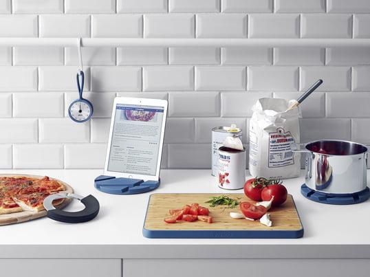 Mit den Eva Solo Küchenutensilien wie dem Timer mit Schlaufe, Schneidebrett, SmartMat and Cut 'N Slice Schneiderad in Moonlight blue kommt sowohl Design als auch Funktionalität in die Küche und auf den Tisch. Stilsicher und praktisch.