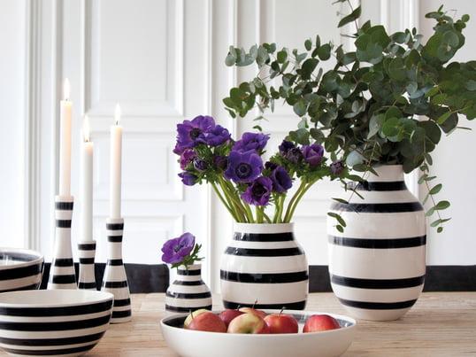 Die Vasen, Kannen und Aufbewahrungsbehälter entstehen in verschieden Größen und für unterschiedliche Anlässe. Die schlichte Farbgestaltung, die ganz klar Eleganz ausstrahlt, eint die Produkte.