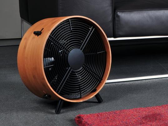 Im Sommer klettern die Temperaturen gerne über 25 Grad und warme Luft staut sich im Wohn- oder Arbeitsraum. Ist keine Klimaanlage vorhanden, bietet der Ventilator eine erfrischende Alternative