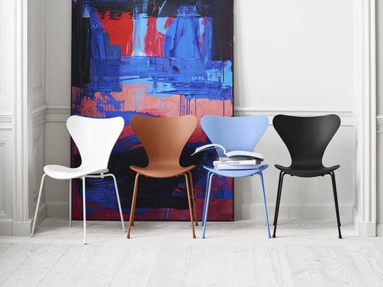 Tal R verpasst dem von Arne Jacobsen entworfenen Serie 7 Stuhl farblich einen neuen Look: monochrom, von Kopf bis Fuss in einer Farbe, kommen die Designstühle des Herstellers Fritz Hansen von nun an daher - in den Farben Schwarz, Weiss, Chavalier Orange und Trieste Blue.