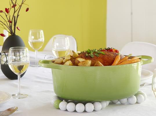 Ein Untersetzer gehört genauso zum Tafelgedeck, wie Teller, Gläser und Messer. Untersetzer schützen Tischplatten und Tischdecken vor der Hitze frischgekochter Speisen in Töpfen und Schüsseln. Aber in ausgefallenen Farben oder Materialien ist ein Topfuntersetzer auch eine dekorative Bereicherung für die Küche.