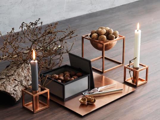 Angelehnt an den Bauhaus Grundsatz entwarf Morgens Lassen die Kubusform als Kerzenhalter und Dekorationsschale. Heute werden die Kuben in Dänemark aus bis zu verschiedenen Materialien und in unterschiedlichen Grössen hergestellt.