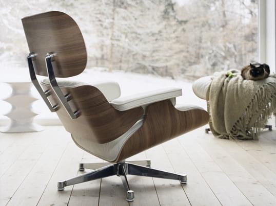 Ungewöhnlich und gerade deshalb besonders: Den Lounge Chair von Vitra, entworfen von Charles und Ray Eames, gibt es auch in Weiss umgeben von einer Sitzschale aus Nussbaum-Holz - ein edler Clubsessel, der Ihrem winterlichen Wohnzimmer Helligkeit und Gemütlichkeit verleiht.
