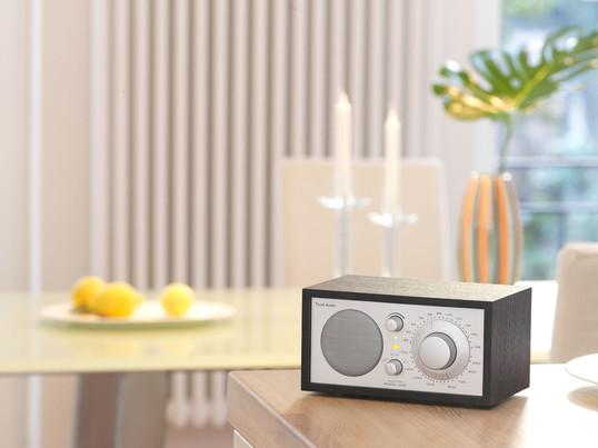 Das Tischradio in weiss, schwarz oder im Holz-Design, begeistert mit seiner Tonqualität. Nicht nur im Wohnzimmer oder Schlafzimmer findet das Radio seinen Platz, auch als Küchenradio findet optimalen Einsatz.