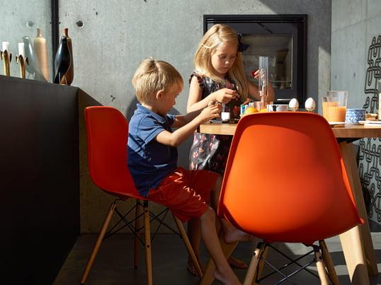 Moderne Küchenstühle in Weiss, Rot, Gelb und in vielen weiteren Farben sorgen für ein buntes Leben in Küche & Esszimmer. Der Eames Plastic Side Chair DSW von Vitra lässt sich optimal in jeden Einrichtungsstil integrieren.