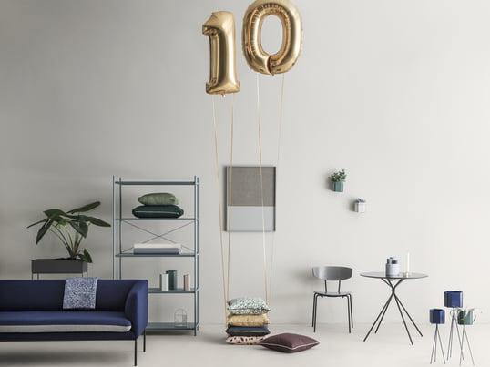 Im Jubiläumsjahr überrascht uns der dänische Hersteller ferm Living mit sechseckigen Pflanztöpfen, grafischen Kissen, der Herman Kollektion mit Tisch und Stühlen, der Frame Pinnwand und dem Punctual Regalsystem.