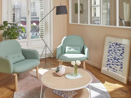 Mit dem Georges Sessel in wassergrün und dem Eugénie Couchtisch in weiss lässt sich ein verspieltes und elegantes Interieur schaffen. Die Élisabeth Stehleuchte in schiefergrau setzt einen schönen Akzent.