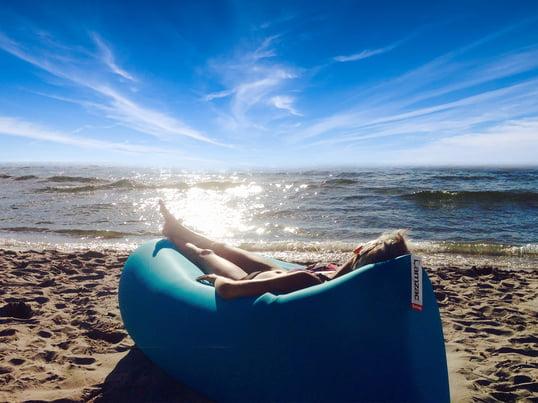 Das Luftkissen Lamzac von Fatboy macht den Strandurlaub zum Erlebnis. Einfach innerhalb von Sekunden mit Luft befüllen, verschliessen und am Meer entspannen!