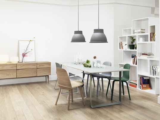 Der 70/70 Tisch von Muuto in weiss passt in wirklich jedes Interieur - mit dem Stacked Regalsystem in weiss schaffen Sie ein luftiges Ambiente. Die Unfold Pendelleuchte in grau, der Nerd Chair in oak sowie der Visu Stuhl sorgen für einen gekonnten Stilbruch.