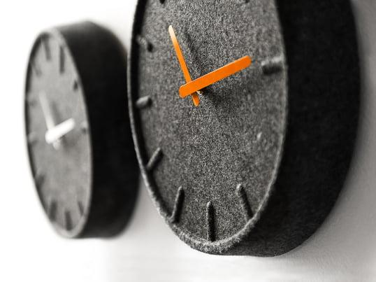 Mit ihrem schlichten Design, aber dennoch aussergewöhnlichen Material ist die Felt35 Wanduhr ein echter Hingucker. Die Uhr ist aus 60% recyceltem Material, neben wunderschönen Design wartet sie also auch mit einem Beitrag zum Umweltschutz auf.