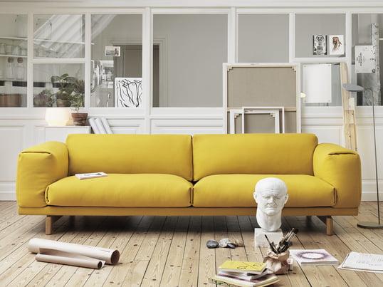 Das gelbe Sofa Rest von Muuto ist schlicht - kombinieren Sie es mit der Leaf LED Stehleuchte in grau für ein skandinavisches Ambiente, das gute Laune macht.