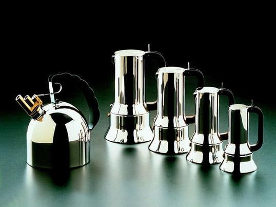 Eleganter Espressokocher von Alessi begeistert mit einem charakteristischen Design und mit verschiedenen Grössen. Passend dazu der Wasserkocher in einem Glanz aus Edelstahl.
