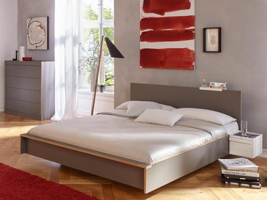 Das Flai Bett aus den Müller Möbelwerkstätten erinnert nicht nur vom Namen her ans Fliegen - gerade, klare Linien erzeugen eine harmonische Formensprache. Das Kopfteil verbessert Komfort und Stil noch weiter.