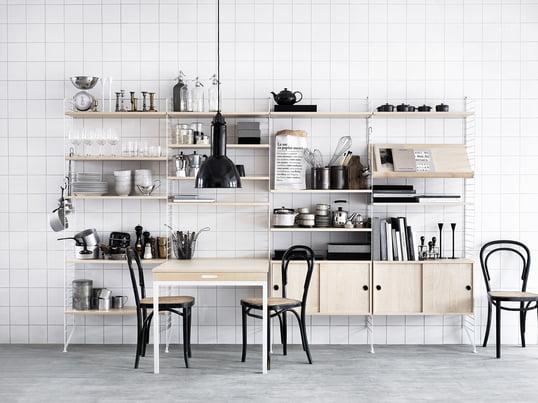 Das Regal-System von String in Weiss und aus Holz passt in jede Küche. Es ist flexibel erweiterbar und passt sich Ihrem Interieur an. Die Schränke sorgen für optische Ordnung.