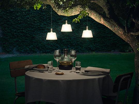 Die SunLight Solar-Pendelleuchte von Eva Solo lässt sich ganz leicht am Balkon oder am Baum im Garten befestigen. Die indirekte Lichtquelle ist ein besonderer Hingucker und lässt den Garten im sanften Licht erstrahlen - perfekt als Highlight über dem Gartentisch