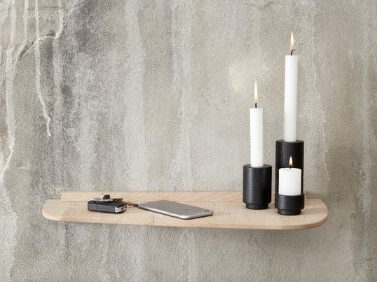 Der Create Me Teelichthalter in zwei verschiedenen Grössen und der Create Me Kerzenhalter in Schwarz machen sich gut auf der Wandablage von Andersen Furniture.