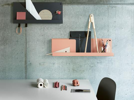 Das Folded Shelf in verschiedenen Grössen und Farben ist das perfekte Wandregal für das moderne Büro. Terracotta und Schwarz harmonieren gut mit einer grün-grauen Wand.