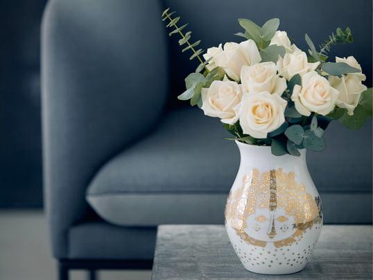 Das Motiv einer Frau mit detailreicher Haarpracht wird per Hand auf die Vase Felicia von Bjørn Wiinblad aufgetragen. Aus diesem Grund sollte die Vase nur per Hand gespült werden.