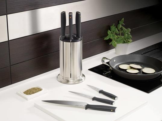 Der Elevate 100 Karussell-Messerblock, hergestellt von Joseph Joseph, bewahrt Ihre Messer elegant auf. Direkt neben Herd und Schneidebrett, sind die Messer beim Kochen immer griffbereit.