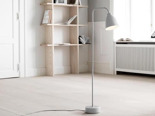 Basierend auf dem Lampenschirm der Caravaggio Leuchten-Serie hat Cecilie Manz eine neue funktionale Leuchten-Serie für Lightyears entworfen, die das Licht direkt ausstrahlt und sich verstellen lässt. Die Caravaggio Read Stehleuchte gehört zu dieser Serie und ist eine minimalistische Leuchte mit kleinem Lampenschirm.