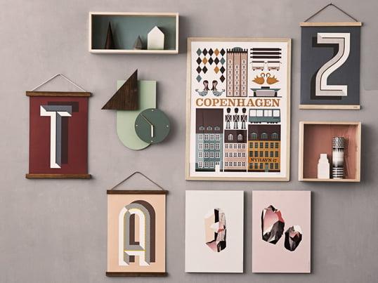 Die Wooden Frames von ferm Living geben kleinen Portraits, großen Fotos, Kalendern oder Postern einen Rahmen. Die Wooden Frames zusammen mit der Wall Wonder Uhr schmücken jede Wand im Wohnzimmer, Schlafzimmer oder im Flur.