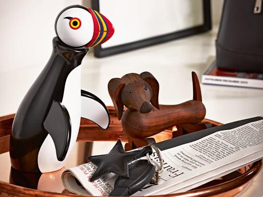 Der Papageientaucher und der Holz-Hund von der Tierserie vom dänischen Funktionalisten Kay Bojesen sind dekorative Designobjekte aus hochwertigem geöltem oder bemaltem Holz.